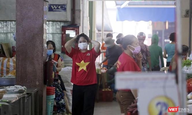Ảnh: Tiểu thương Đà Nẵng mặc áo cờ đỏ sao vàng cổ động vượt qua dịch COVID-19 ảnh 7