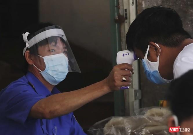 Ảnh: Tiểu thương Đà Nẵng mặc áo cờ đỏ sao vàng cổ động vượt qua dịch COVID-19 ảnh 2