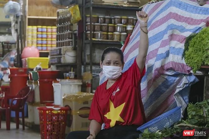 Ảnh: Tiểu thương Đà Nẵng mặc áo cờ đỏ sao vàng cổ động vượt qua dịch COVID-19 ảnh 15