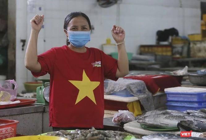 Ảnh: Tiểu thương Đà Nẵng mặc áo cờ đỏ sao vàng cổ động vượt qua dịch COVID-19 ảnh 16
