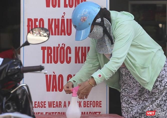 Ảnh: Tiểu thương Đà Nẵng mặc áo cờ đỏ sao vàng cổ động vượt qua dịch COVID-19 ảnh 1