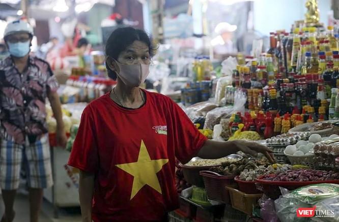 Ảnh: Tiểu thương Đà Nẵng mặc áo cờ đỏ sao vàng cổ động vượt qua dịch COVID-19 ảnh 11