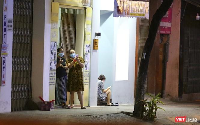 """Đà Nẵng: Người dân, bác sỹ cùng hát vang """"Việt Nam, Hồ Chí Minh"""" trong đêm tháo dỡ lệnh phong tỏa ảnh 5"""