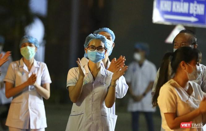 """Đà Nẵng: Người dân, bác sỹ cùng hát vang """"Việt Nam, Hồ Chí Minh"""" trong đêm tháo dỡ lệnh phong tỏa ảnh 25"""