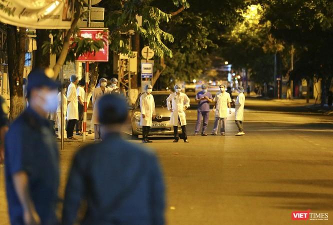 """Đà Nẵng: Người dân, bác sỹ cùng hát vang """"Việt Nam, Hồ Chí Minh"""" trong đêm tháo dỡ lệnh phong tỏa ảnh 18"""