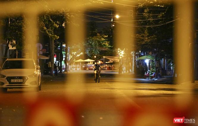 """Đà Nẵng: Người dân, bác sỹ cùng hát vang """"Việt Nam, Hồ Chí Minh"""" trong đêm tháo dỡ lệnh phong tỏa ảnh 12"""