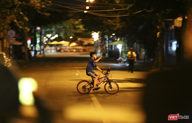 """Đà Nẵng: Người dân, bác sỹ cùng hát vang """"Việt Nam, Hồ Chí Minh"""" trong đêm tháo dỡ lệnh phong tỏa ảnh 9"""