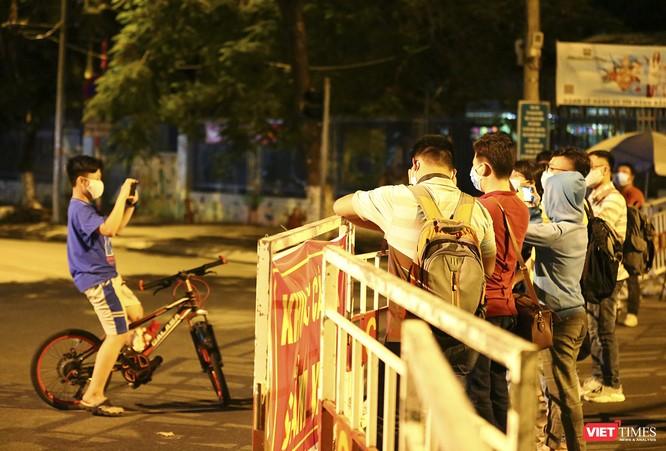 """Đà Nẵng: Người dân, bác sỹ cùng hát vang """"Việt Nam, Hồ Chí Minh"""" trong đêm tháo dỡ lệnh phong tỏa ảnh 10"""