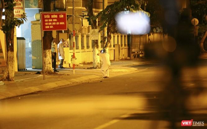 """Đà Nẵng: Người dân, bác sỹ cùng hát vang """"Việt Nam, Hồ Chí Minh"""" trong đêm tháo dỡ lệnh phong tỏa ảnh 11"""