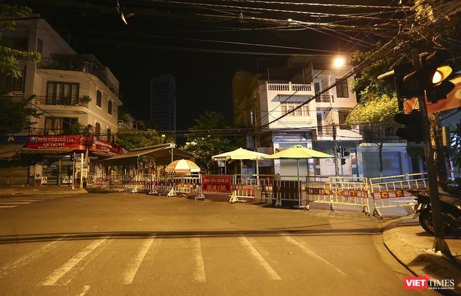 """Đà Nẵng: Người dân, bác sỹ cùng hát vang """"Việt Nam, Hồ Chí Minh"""" trong đêm tháo dỡ lệnh phong tỏa ảnh 2"""