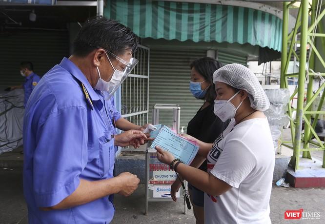 Ảnh: Ngày đầu tiên người dân Đà Nẵng đi chợ bằng phiếu để phòng COVID-19 ảnh 5