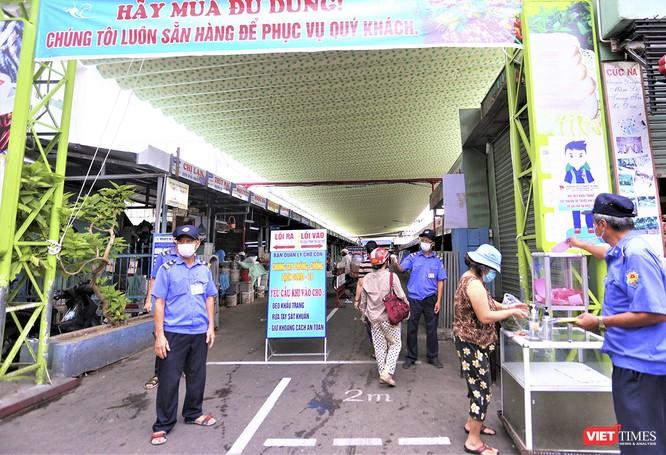 Ảnh: Ngày đầu tiên người dân Đà Nẵng đi chợ bằng phiếu để phòng COVID-19 ảnh 1