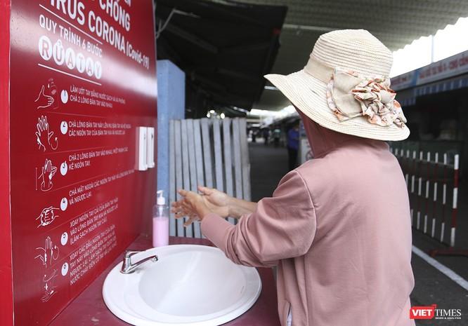 Ảnh: Ngày đầu tiên người dân Đà Nẵng đi chợ bằng phiếu để phòng COVID-19 ảnh 3
