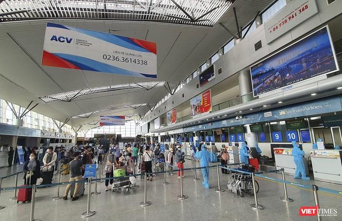 Ảnh: Những du khách mắc kẹt vì dịch COVID-19 bắt đầu rời Đà Nẵng ảnh 1