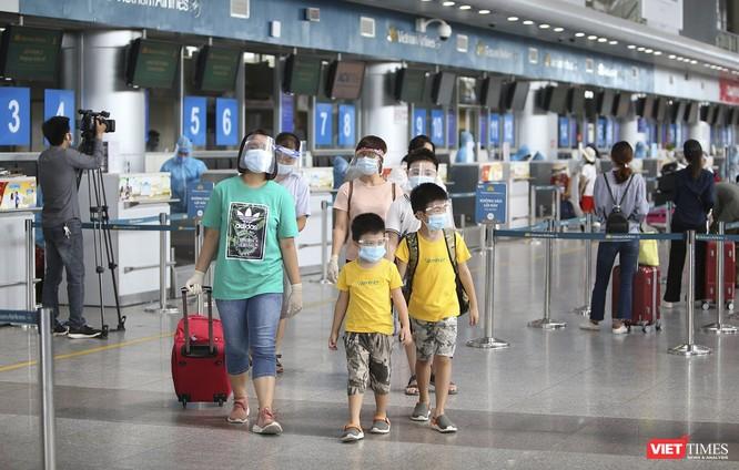 Ảnh: Những du khách mắc kẹt vì dịch COVID-19 bắt đầu rời Đà Nẵng ảnh 2
