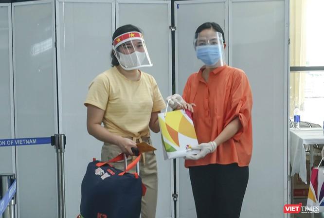 Ảnh: Những du khách mắc kẹt vì dịch COVID-19 bắt đầu rời Đà Nẵng ảnh 11