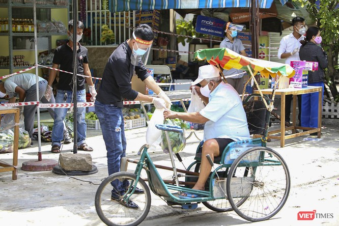 """Ảnh: Ấm lòng """"chợ thực phẩm 0 đồng"""" hỗ trợ người dân ở Đà Nẵng ảnh 8"""