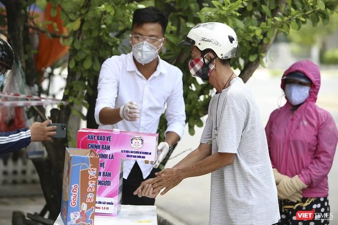 """Ảnh: Ấm lòng """"chợ thực phẩm 0 đồng"""" hỗ trợ người dân ở Đà Nẵng ảnh 13"""