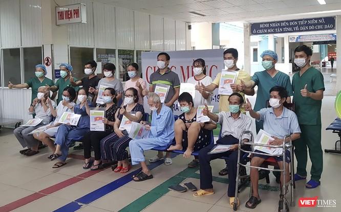 Đà Nẵng: Sản phụ mắc COVID-19 khỏi bệnh, xuất viện cùng con ảnh 1