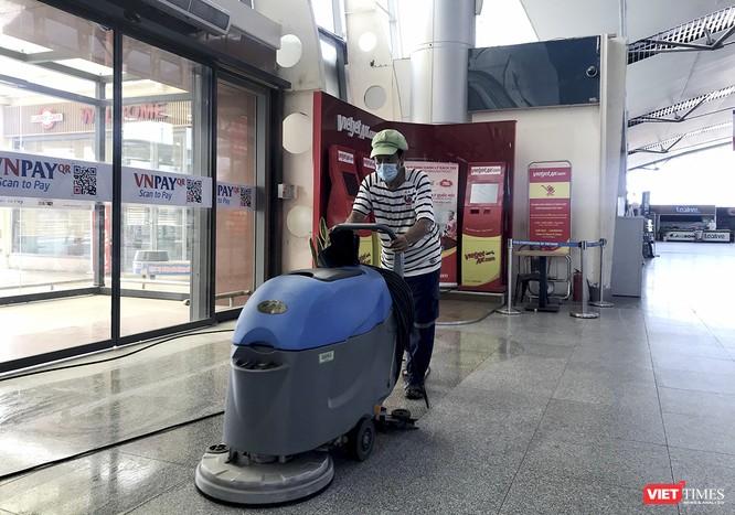 Nhân viên nhà ga Sân bay quốc tế Đà Nẵng khẩn trương vệ sinh để phục vụ hành khách
