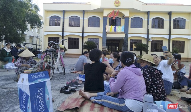 """Vụ tranh chấp môi giới BĐS ở Quảng Nam: Tòa liên tục báo hoãn, khách hàng bức xúc """"vây"""" trụ sở ảnh 1"""