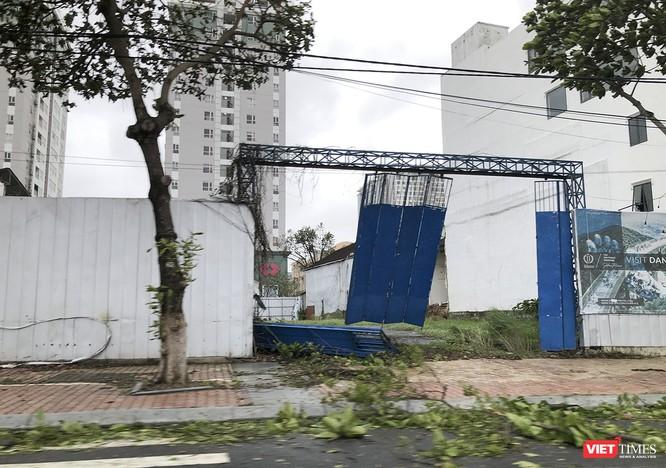"""Đà Nẵng như bãi chiến trường sau trận """"càn quét"""" của siêu bão số 9 ảnh 10"""
