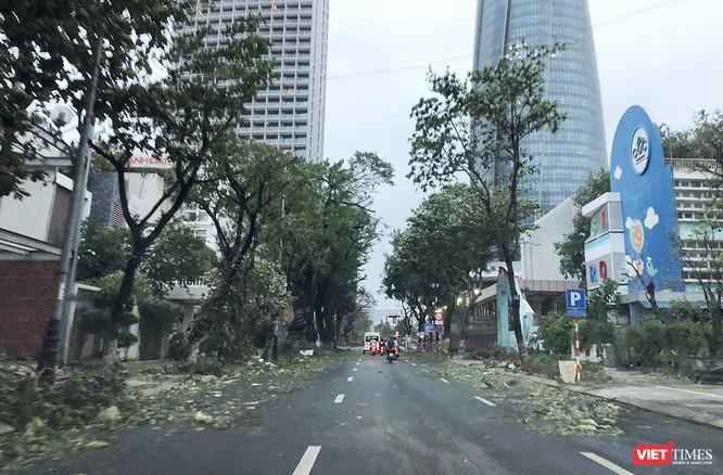 """Đà Nẵng như bãi chiến trường sau trận """"càn quét"""" của siêu bão số 9 ảnh 1"""
