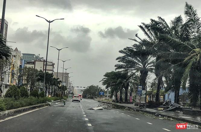 """Đà Nẵng như bãi chiến trường sau trận """"càn quét"""" của siêu bão số 9 ảnh 14"""