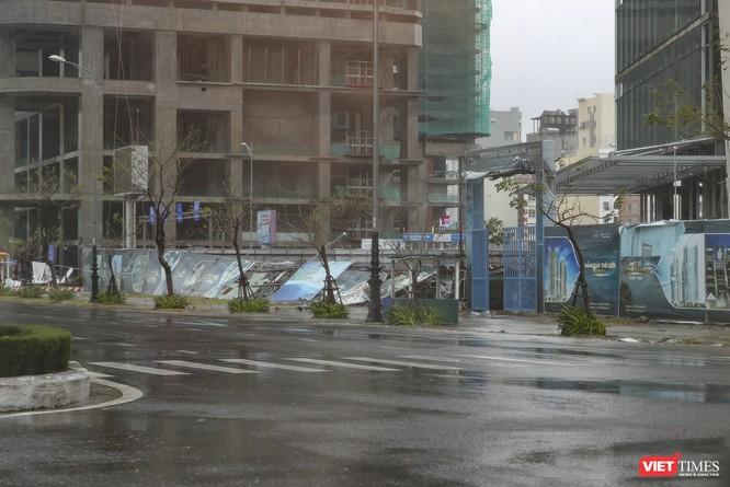 Một Đà Nẵng tan hoang đến khó tin sau siêu bão... ảnh 9