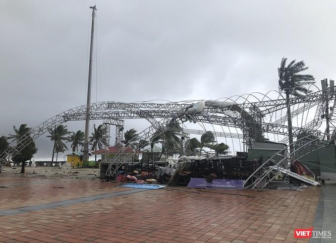 Một Đà Nẵng tan hoang đến khó tin sau siêu bão... ảnh 12