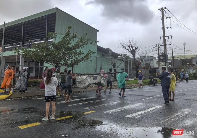 Một Đà Nẵng tan hoang đến khó tin sau siêu bão... ảnh 20
