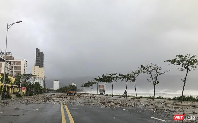 Một Đà Nẵng tan hoang đến khó tin sau siêu bão... ảnh 19