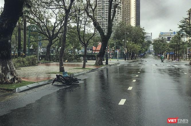 Một Đà Nẵng tan hoang đến khó tin sau siêu bão... ảnh 23