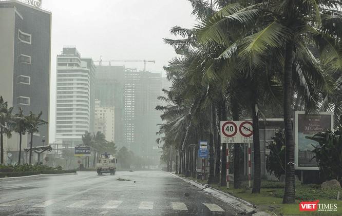Một Đà Nẵng tan hoang đến khó tin sau siêu bão... ảnh 2