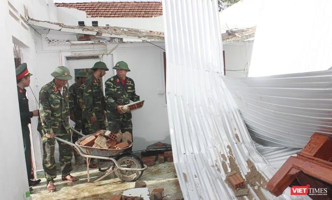 Thủ tướng Nguyễn Xuân Phúc thăm và tặng quà người dân vùng tâm bão Quảng Ngãi, Quảng Nam ảnh 2