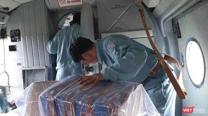 Ảnh: Lập cầu hàng không tiếp tế lương thực cho gần 3.000 người dân đang bị chia cắt ở Phước Sơn ảnh 2