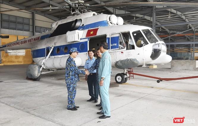 Ảnh: Lập cầu hàng không tiếp tế lương thực cho gần 3.000 người dân đang bị chia cắt ở Phước Sơn ảnh 1