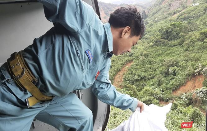 Ảnh: Lập cầu hàng không tiếp tế lương thực cho gần 3.000 người dân đang bị chia cắt ở Phước Sơn ảnh 7