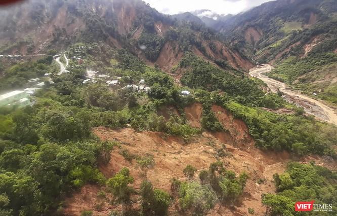 Ảnh: Lập cầu hàng không tiếp tế lương thực cho gần 3.000 người dân đang bị chia cắt ở Phước Sơn ảnh 3