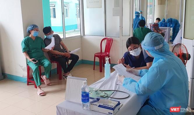 Ảnh: 100 y bác sĩ đầu tiên của Đà Nẵng được tiêm vaccine COVID-19 ảnh 10