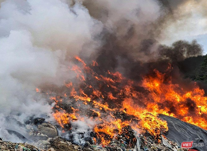 Đà Nẵng: Cháy lớn chưa rõ nguyên nhân ở bãi rác Khánh Sơn ảnh 1