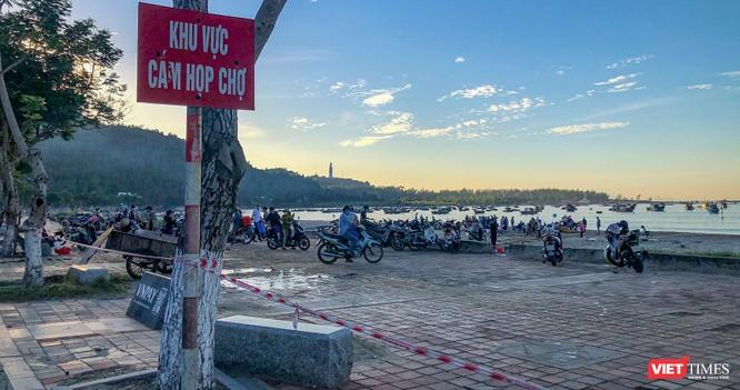 Đà Nẵng: Bất chấp lệnh cấm, chợ cá vẫn họp trên bãi biển Thọ Quang ảnh 3