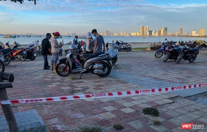 Đà Nẵng: Bất chấp lệnh cấm, chợ cá vẫn họp trên bãi biển Thọ Quang ảnh 2