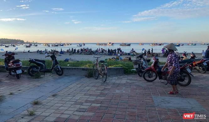 Đà Nẵng: Bất chấp lệnh cấm, chợ cá vẫn họp trên bãi biển Thọ Quang ảnh 1