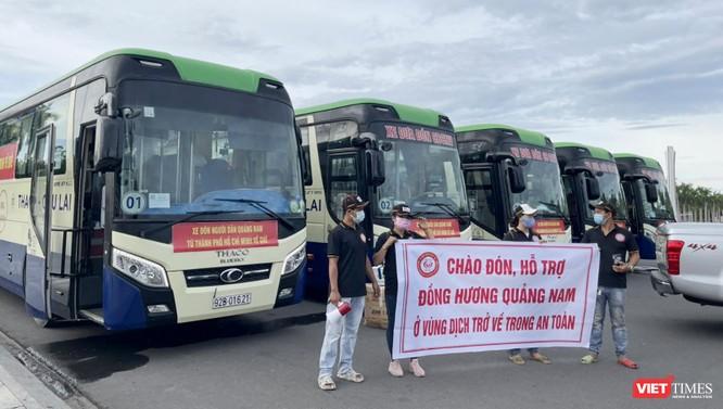Đoàn xe đón người dân Quảng Nam ở TP HCM về quê vì COVID-19 đã lên đường ảnh 1