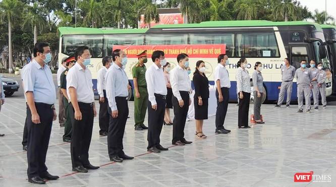 Đoàn xe đón người dân Quảng Nam ở TP HCM về quê vì COVID-19 đã lên đường ảnh 2