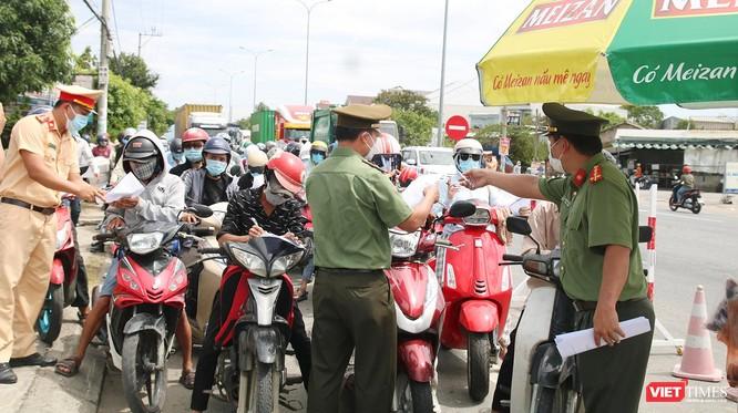 """Ảnh: Hàng ngàn người dân Quảng Nam hối hả rời Đà Nẵng trước giờ """"giới nghiêm"""" ảnh 10"""