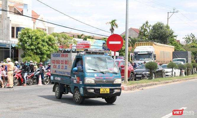 """Ảnh: Hàng ngàn người dân Quảng Nam hối hả rời Đà Nẵng trước giờ """"giới nghiêm"""" ảnh 3"""