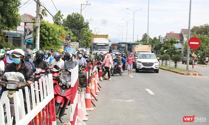"""Ảnh: Hàng ngàn người dân Quảng Nam hối hả rời Đà Nẵng trước giờ """"giới nghiêm"""" ảnh 1"""