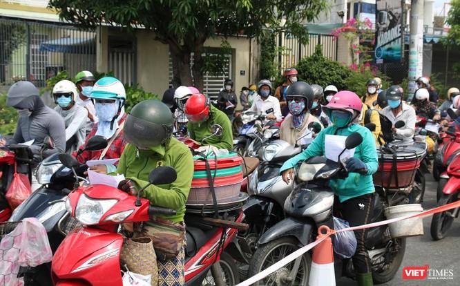"""Ảnh: Hàng ngàn người dân Quảng Nam hối hả rời Đà Nẵng trước giờ """"giới nghiêm"""" ảnh 5"""